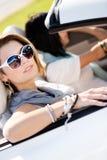 Ciérrese para arriba de muchachas en gafas de sol en el automóvil Foto de archivo