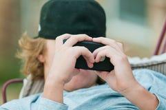 Ciérrese para arriba de muchacho adolescente en el teléfono celular Fotografía de archivo libre de regalías