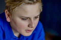 Ciérrese para arriba de muchacho rubio en camisa azul Imágenes de archivo libres de regalías