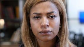 Ciérrese para arriba de mujer afroamericana joven triste del trastorno Imagenes de archivo