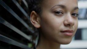 Ciérrese para arriba de mujer afroamericana sonriente hermosa en fondo urbano metrajes