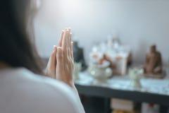 Ciérrese para arriba de mujer asiática con la mano en posturas de rogación de la adoración, las manos femeninas del rezo abrochó  imagen de archivo libre de regalías