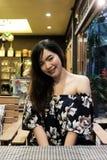 Ciérrese para arriba de mujer asiática joven en el restaurante fotografía de archivo libre de regalías