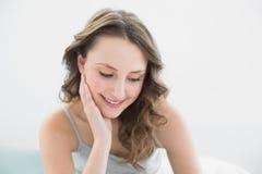 Ciérrese para arriba de mujer bonita pensativa sonriente Imagen de archivo