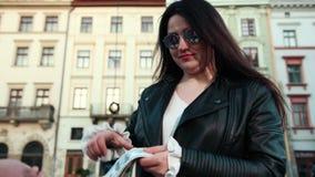 Ciérrese para arriba de mujer con el dinero Empresaria que sostiene efectivo D? el donante del dinero Empresaria en las lentes qu almacen de metraje de vídeo