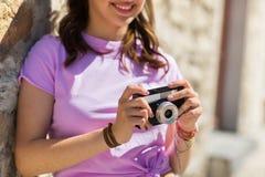 Ciérrese para arriba de mujer con la cámara del vintage al aire libre Imagen de archivo