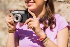 Ciérrese para arriba de mujer con la cámara del vintage al aire libre Foto de archivo libre de regalías