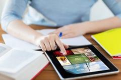 Ciérrese para arriba de mujer con noticias de Internet en la PC de la tableta Fotos de archivo