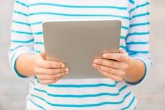 Ciérrese para arriba de mujer con PC de la tableta al aire libre Fotos de archivo libres de regalías