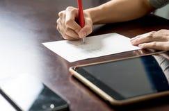 Ciérrese para arriba de mujer con PC de la tableta y escriba un papel 1 Fotos de archivo libres de regalías