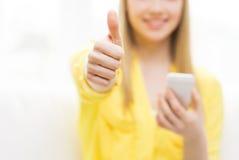 Ciérrese para arriba de mujer con smartphone en casa Foto de archivo libre de regalías