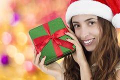 Ciérrese para arriba de mujer de la Navidad con una caja de regalo Foto de archivo libre de regalías
