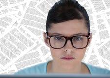 Ciérrese para arriba de mujer en el ordenador contra el contexto de los documentos Fotos de archivo