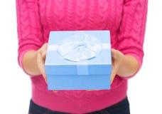 Ciérrese para arriba de mujer en el suéter rosado que sostiene la caja de regalo Imágenes de archivo libres de regalías