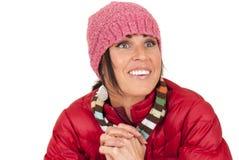 Ciérrese para arriba de mujer en la ropa del invierno que mira para arriba Imágenes de archivo libres de regalías
