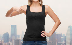 Ciérrese para arriba de mujer en top sin mangas negro en blanco Imágenes de archivo libres de regalías