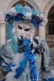Ciérrese para arriba de mujer en traje adornado, sombrero y máscara azules y blancos en los duxes palacio, Venecia, durante el ca imágenes de archivo libres de regalías