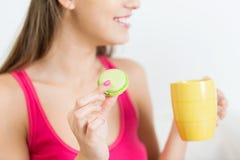 Ciérrese para arriba de mujer feliz o de muchacha adolescente con la galleta Imagenes de archivo
