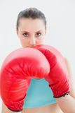 Ciérrese para arriba de mujer hermosa en guantes de boxeo rojos Fotos de archivo