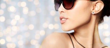 Ciérrese para arriba de mujer hermosa en lentes de sol negros Fotos de archivo libres de regalías