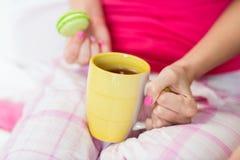 Ciérrese para arriba de mujer joven con la taza de té Fotos de archivo libres de regalías