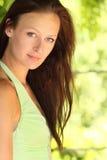 Ciérrese para arriba de mujer joven en fondo del verano Imagen de archivo