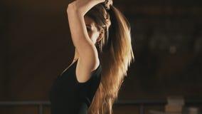 Ciérrese para arriba de mujer joven lanza para arriba el pelo que mira a la cámara almacen de metraje de vídeo