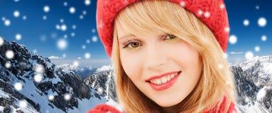 Ciérrese para arriba de mujer joven sonriente en ropa del invierno Imagen de archivo libre de regalías