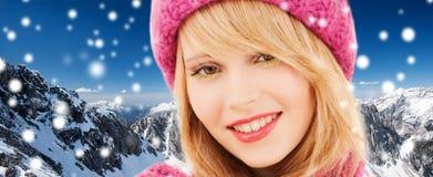 Ciérrese para arriba de mujer joven sonriente en ropa del invierno fotografía de archivo libre de regalías