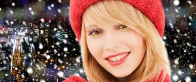Ciérrese para arriba de mujer joven sonriente en ropa del invierno Foto de archivo libre de regalías