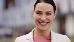 Ciérrese para arriba de mujer joven sonriente feliz al aire libre metrajes