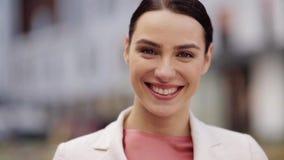 Ciérrese para arriba de mujer joven sonriente feliz al aire libre almacen de metraje de vídeo