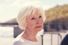 Ciérrese para arriba de mujer mayor encantadora con una mirada anhelante imagen de archivo libre de regalías