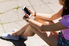 Ciérrese para arriba de mujer o de adolescente con smartphone Foto de archivo