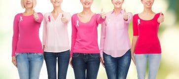 Ciérrese para arriba de mujeres con las cintas de la conciencia del cáncer Fotografía de archivo libre de regalías
