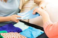 Ciérrese para arriba de mujeres con los boletos y viaje bolso Foto de archivo libre de regalías