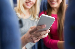 Ciérrese para arriba de mujeres en autobús del viaje con smartphone Foto de archivo libre de regalías