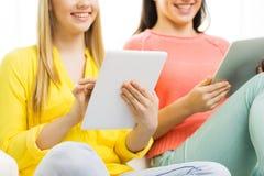 Ciérrese para arriba de mujeres jovenes con PC de la tableta en casa Fotos de archivo