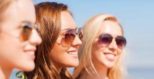Ciérrese para arriba de mujeres jovenes sonrientes en gafas de sol Fotografía de archivo libre de regalías