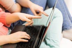 Ciérrese para arriba de mujeres o de amigos con el ordenador portátil en casa Imagenes de archivo
