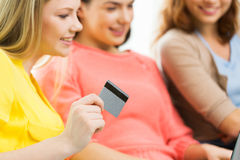 Ciérrese para arriba de mujeres o de amigos con la tarjeta de crédito Fotografía de archivo libre de regalías