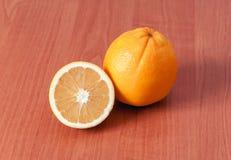 Ciérrese para arriba de naranjas frescas en el tablero de madera Imagen de archivo libre de regalías