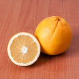 Ciérrese para arriba de naranjas frescas en el tablero de madera Fotografía de archivo libre de regalías