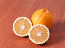 Ciérrese para arriba de naranjas frescas en el tablero de madera Foto de archivo libre de regalías