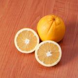 Ciérrese para arriba de naranjas frescas en el tablero de madera Fotos de archivo libres de regalías