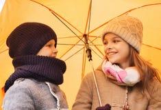 Ciérrese para arriba de niños sonrientes en parque del otoño Fotografía de archivo