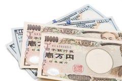 Ciérrese para arriba de nota de la moneda de los yenes japoneses contra dólar de EE. UU. Fotografía de archivo libre de regalías