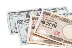 Ciérrese para arriba de nota de la moneda de los yenes japoneses contra dólar de EE. UU. Fotos de archivo libres de regalías