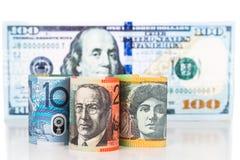 Ciérrese para arriba de nota de la moneda del dólar australiano contra dólar de EE. UU. Foto de archivo libre de regalías