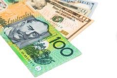 Ciérrese para arriba de nota de la moneda del dólar australiano contra dólar de EE. UU. Imágenes de archivo libres de regalías